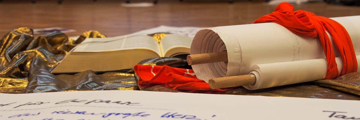 Schriftrolle und Bibel